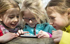 Kinder am Smartphone; Foto: FOX/Völkner