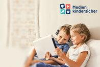 Zwei Kinder mit einem Tablet; Bild: Medien-kindersicher.de
