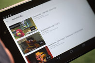 Tablet mit Kinderfilmen auf YouTube